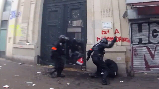 Fransız polisi öldüresiye dövdü