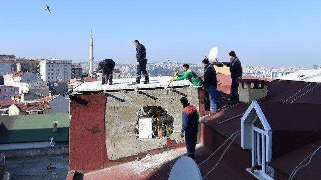 Bursa'da ev sahibi kapıyı açmadı ekipler çatıdan atladı: Kaçak çatı katı yıkıldı