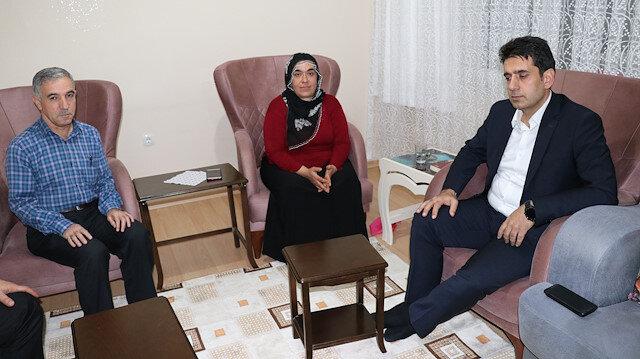HDP önünde eylem yapan annelerden biri daha evladına kavuştu: Örgütten kaçarak teslim oldular