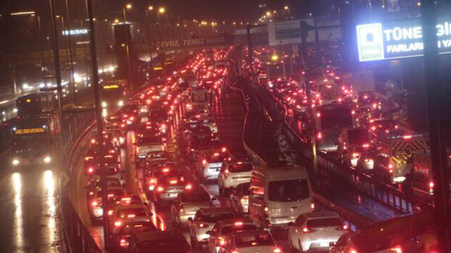İstanbul'da yağış trafiği olumsuz etkiledi: Yoğunluk yüzde 78'i gördü