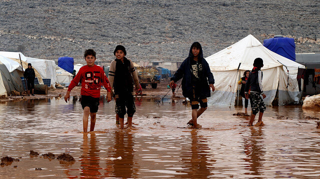 Suriyeliler soğuk ve sular altında kalmış kamplarda yaşam mücadelesi veriyor