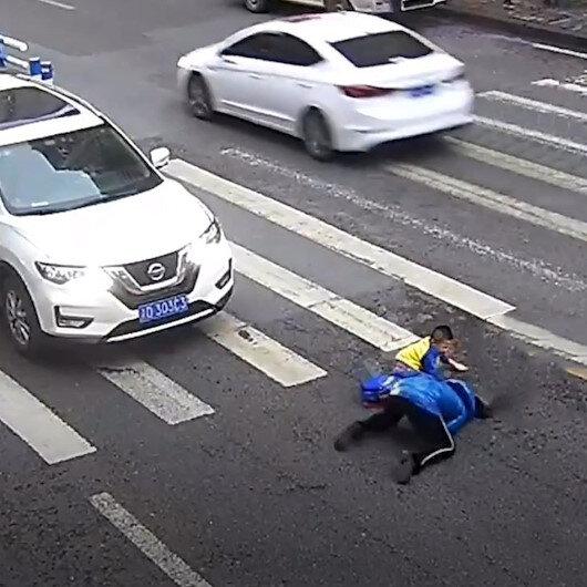 Ne yapacağını bilemeyen çocuk çaresizlikten arabayı tekmeledi