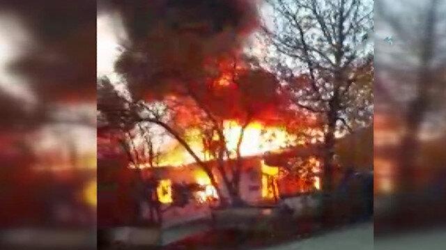 Pendik'te tek katlı ahşap ev alev alev yandı