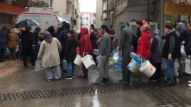 İzmir'de yağmur altında 'su kuyruğu'