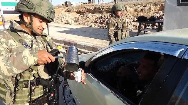 Mehmetçikten Suriyeli kardeşlerimize Türk kahvesi ikramı