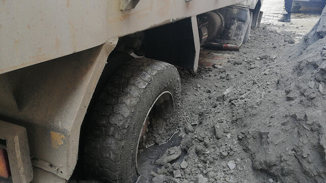 Avcılar'da su borusu patlayınca yol çöktü: İSKİ kamyoneti yola saplandı