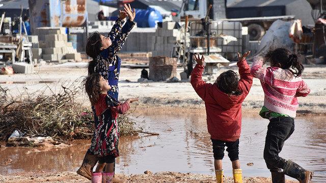 İdlib'de su ve çamur altında kalan kampta çaresiz bekleyiş sürüyor