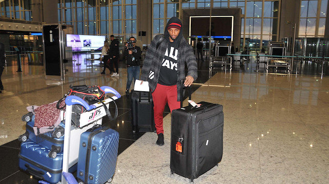 Ryan Babel İstanbul'dan ayrılmak üzere havalimanında