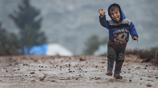 İdlib'de çamura batmış kampları, çocukların gülümsemeleri ısıtıyor