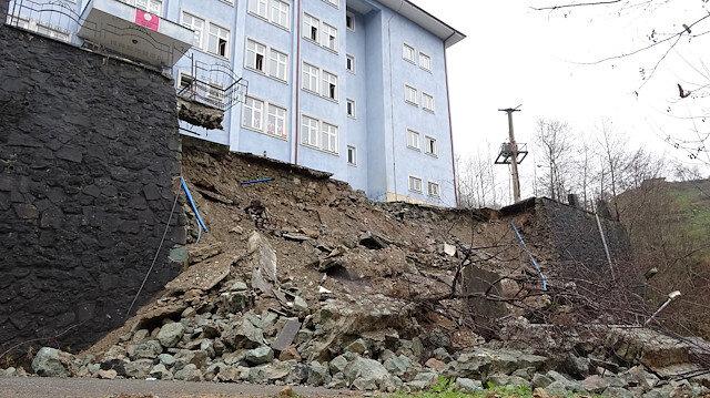 Trabzon'da tahliye edilen riskli okulun istinat duvarı çöktü
