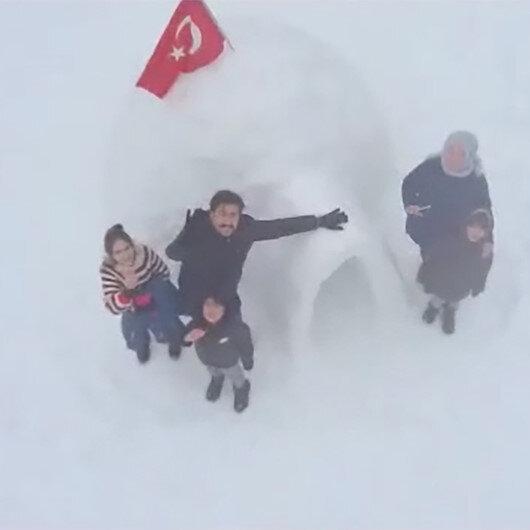 AK Parti Grup Başkanvekili Cahit Özkan çocuklarıyla Eskimo evi İglo inşa etti
