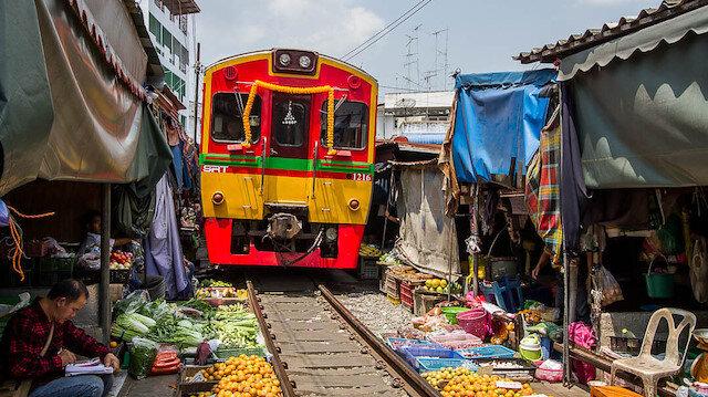 Dünyanın en tuhaf yerlerinden biri: Tayland tren pazarı