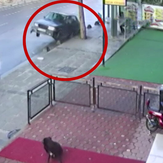 Drift yapan sürücü kaldırıma çarptı: Durakta bekleyenler ölümden döndü