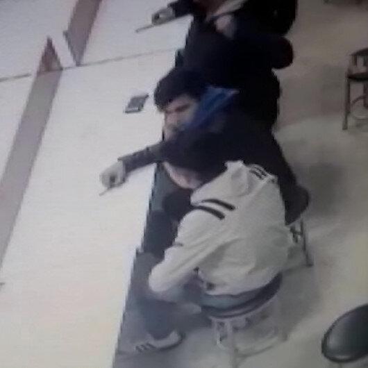 İki şahsın yere düşen cüzdanı ayaklarıyla çalma çabası kamerada