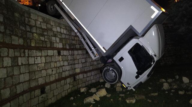 Kağıthane'de kontrolden çıkan kamyonet istinat duvarında askıda kaldı