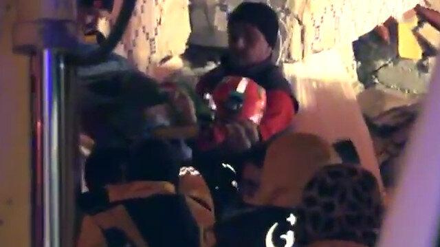 Hamile bir kadının enkaz altından kurtarıldığı anlar kamerada