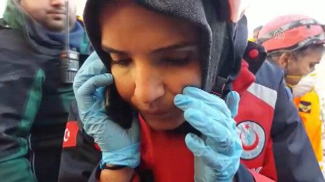 AFAD görevlisinin enkaz altındaki bir vatandaşla konuşması