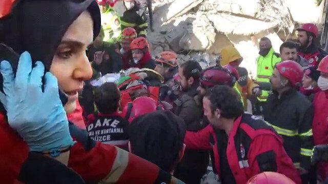 AFAD görevlisiyle konuşan enkaz altındaki kadın kurtarıldı