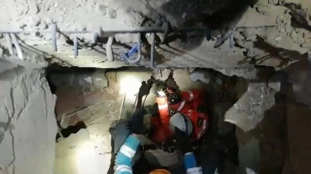 Jandarma Arama Kurtarma ekipleri depremin 23'üncü saatinde bir anneyi kucağında bebeğiyle kurtardı
