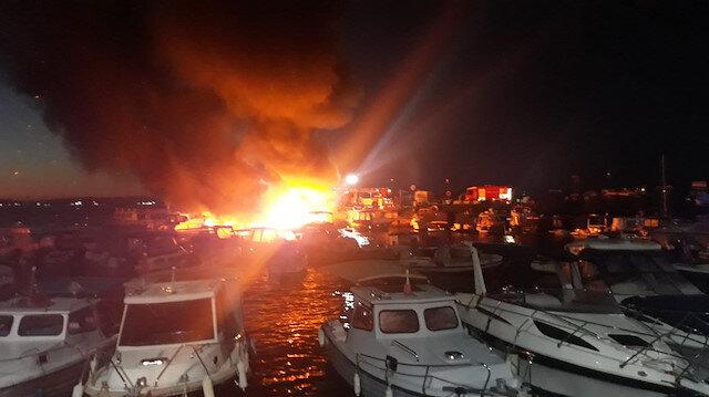 Dragos'ta 6 tekne alev alev yandı