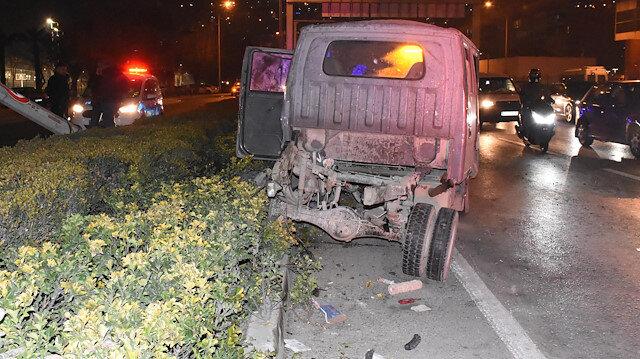 Zincirleme kazada kamyonetin kasası koptu: 3 kişi yaralandı