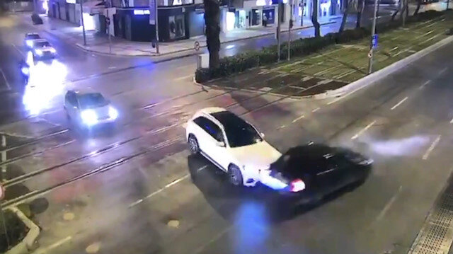 Kırmızı ışıkta geçen otomobil, bir araca çarpıp tramvay yoluna girdi