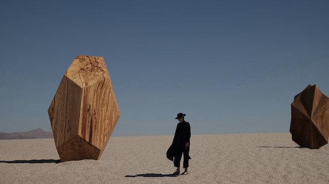 """Çöl ile içsel yolculuğu harmanlayan  """"görsel filozof"""" :   Petecia  Le  Fawnhawk"""
