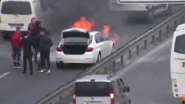 İstanbul araç yangını E-5'te trafiği durma noktasına getirdi