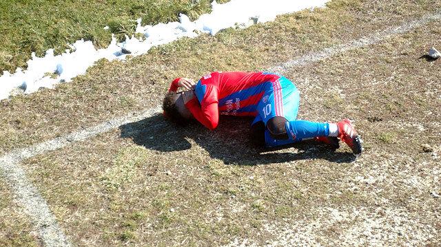 Stadyum dışından atılan taş futbolcuyu yaraladı