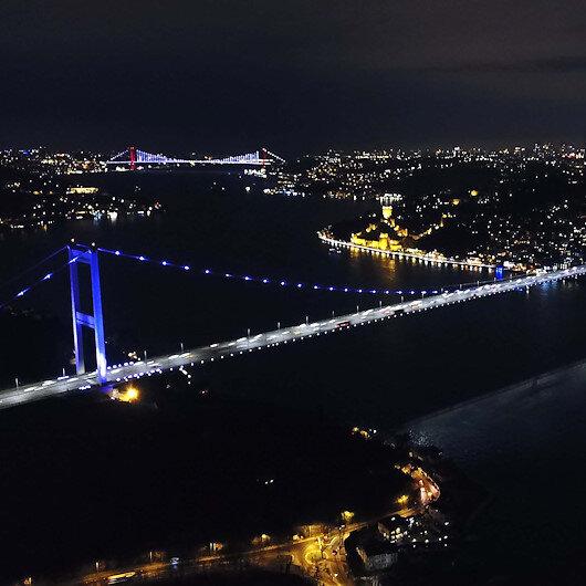İstanbulun simgeleri mora büründü