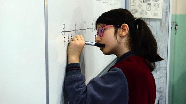 Dünya matematik yarışmasında birinci olan 10 yaşındaki Elanur Akıncı'ya Haluk Levent'ten eğitim bursu