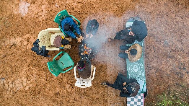 İdlib'deki evsizler çadırlarını nefesleriyle ısıtıyor
