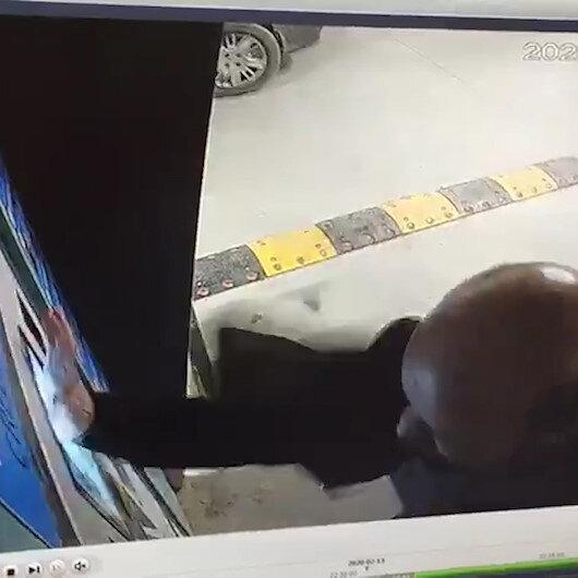 İstanbul Havalimanında bir yolcu otopark ödeme cihazını tekmeledi