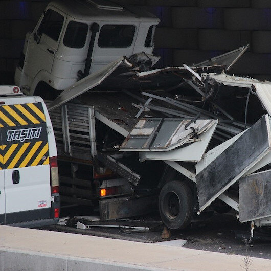 Alt geçide sıkışan kamyon trafiği kilitledi