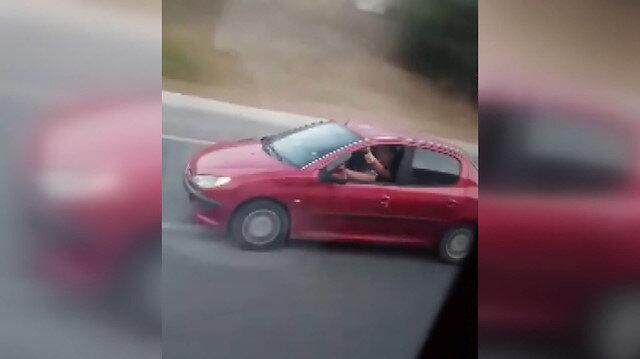 Otomobili ayağını camdan çıkararak kullandı