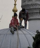 Minare tepesinde tehlikeli çalışma