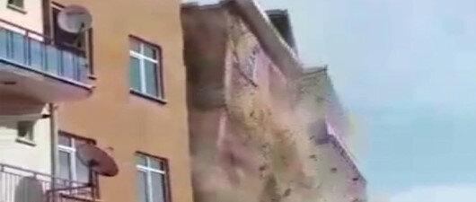 4.2'lik depremde çöktü