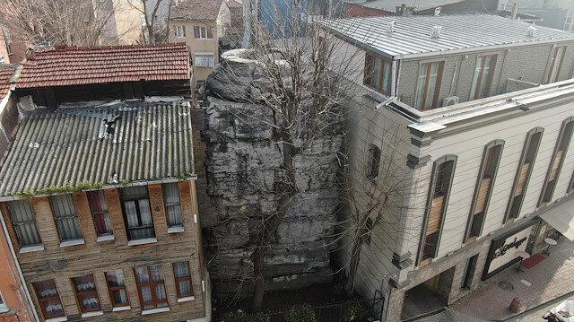 İstanbul'da iki bina arasında sıkışan 16 asırlık tarih: Günümüzde kaidesi kalan sütun yok olma tehlikesiyle karşı karşıya