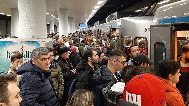İstanbul'da metro istasyonlarında izdiham: Kim verecek bizim mesaimizi