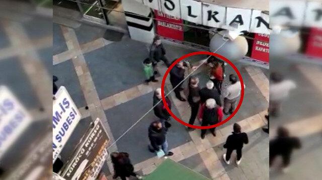 Sokak ortasında kavga eden kızları tokat atarak ayırdı