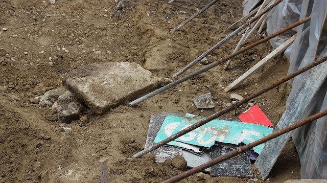 Yıkılan binanın temelinden lahit çıktı