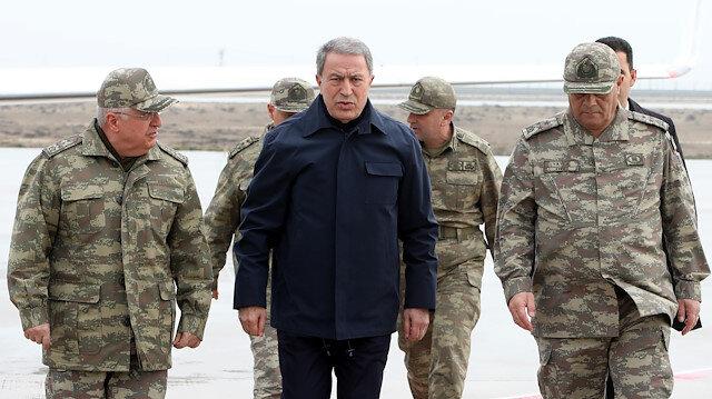 Milli Savunma Bakanı Akar ile komuta kademesi Suriye sınırındaki birliklerde incelemelerde bulunuyor