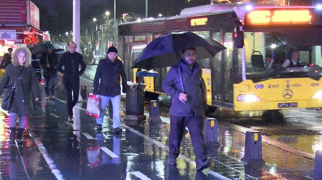Gece saatlerinden beri etkili olan sağanak Anadolu Yakası'nda vatandaşlara zor anlar yaşattı