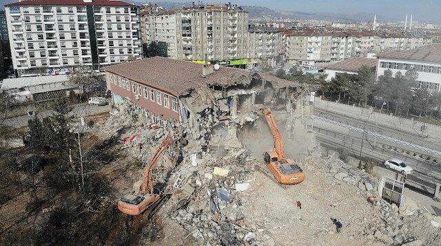 Elazığ'da depremde hasar gören 50 yıllık okullar yıkılıyor