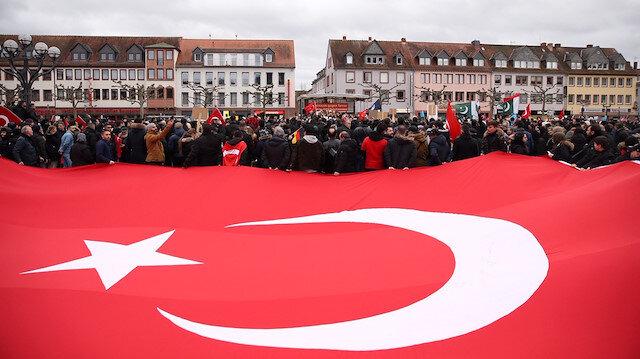 Irkçı saldırı sonrası binlerce Türk Almanya sokaklarına döküldü
