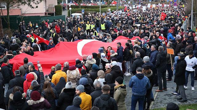 Binlerce Türk Almanya sokaklarına döküldü: Irkçı saldırılar dev yürüyüşle protesto edildi