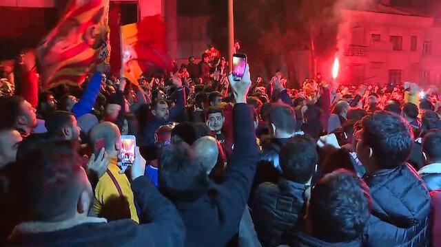 Galatasaraylı taraftarlar Kadıköy galibiyetini Florya'da coşkuyla kutladı
