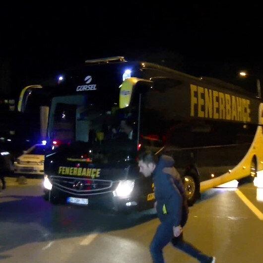 Fenerbahçeli taraftarlar taş ve şişelerle takım otobüsüne saldırdı