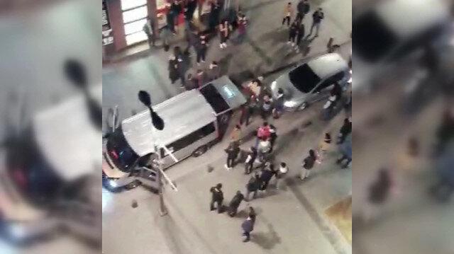 Araçlarıyla yol kapatan bir grup havaya ateş açtı
