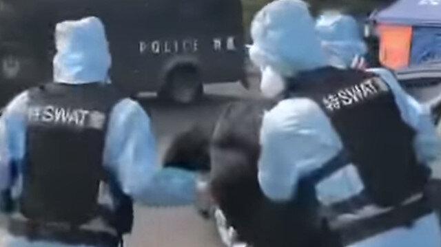 Çin polisi yüksek ateşi çıkan bir sürücüye müdahale ediyor